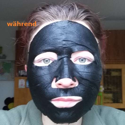 Garnier SkinActive Schwarze Tuchmaske mit Bambuskohle auf dem Gesicht