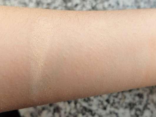 Simulation des Puderpinsels. Links: Mit dem Finger aufgetragenes Puder, Rechts: Mit dem Pinsel aufgetragen und verblendet.