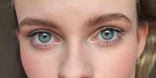 Augen mit Maybelline New York The Colossal Volum' Express Mascara 100% Black