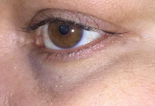 Augenpartie mit BECCA Cosmetics Under Eye Brightening Corrector, Farbe: Light to Medium