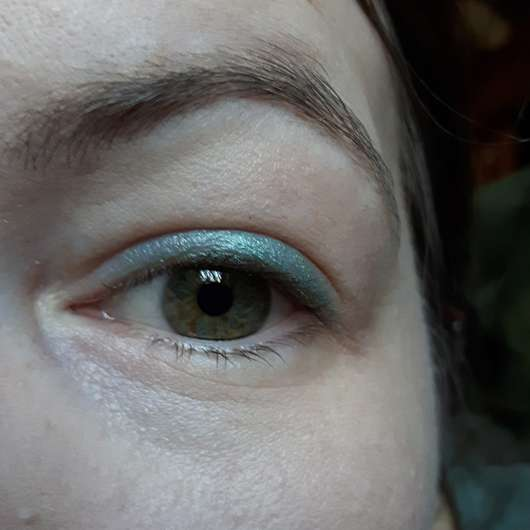 Auge mit Swatches - essence extreme lasting eye pencil waterproof, Farbe: 07 mermaid for life