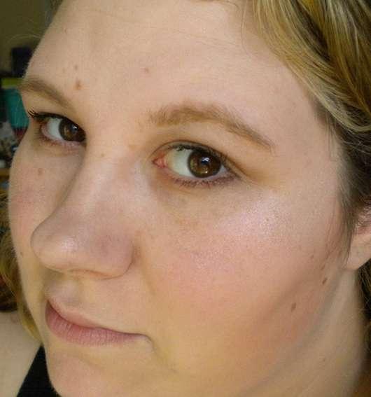 Produkt auf Wangenknochen, Brauenbogen, Amorherz und Nase aufgetragen