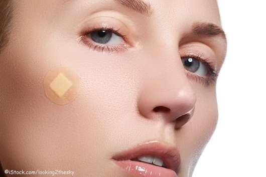 Junge Frau mit kleinem Pflaster im Gesicht - ©iStock.com/looking2thesky