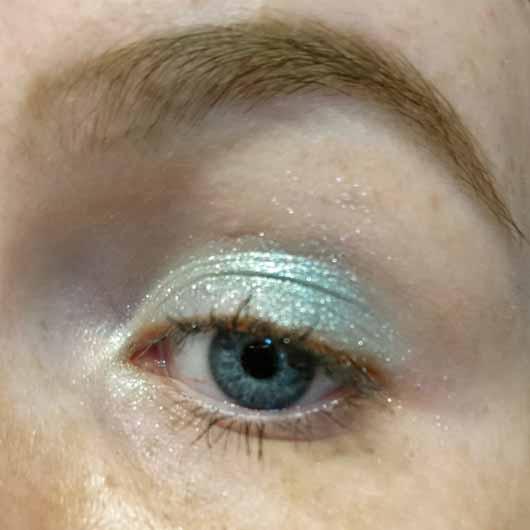 L.O.V Unexpected Eyeshadow Metallic, Farbe: 360 Lagoon Escape - auf dem Auge aufgetragen