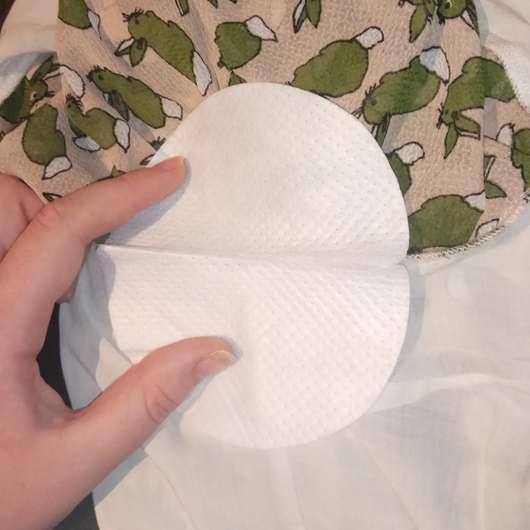 Anbringen des SOFTWINGS 3D-Bogenform Achselpads im Shirt