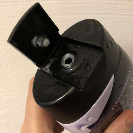 Balea Dusch-Bodylotion mit Aktivkohle - geöffnete Flasche