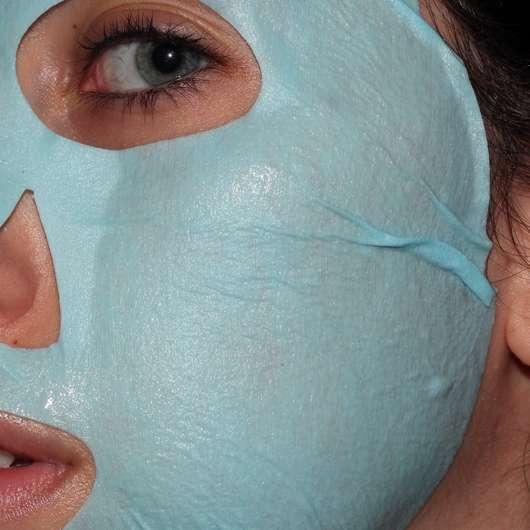 CHIARA AMBRA Happy Macarons Blueberry Tuch-Maske - auf dem Gesicht