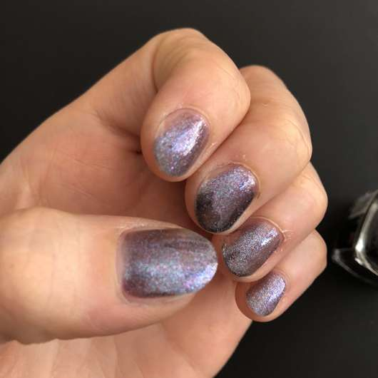 Mehrere Schichten des KIKO Nail Lacquer, Farbe 524: Blue Multicolor