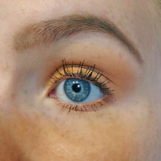 Auge mit Revlon Dramatic Definition Mascara Waterproof, Farbe: Blackest Black