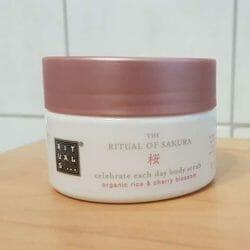 Produktbild zu RITUALS The Ritual Of Sakura celebrate each day body scrub