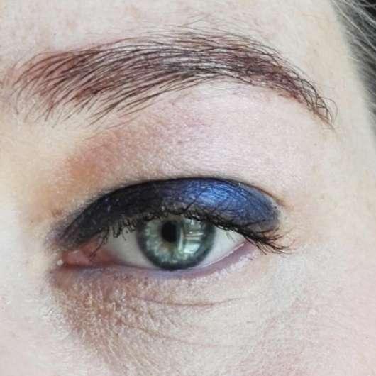 Auge mit Lidschatten und essence get your glitter on! glitter primer, Farbe: 01 transparent (direkt unter dem Brauenbogen)