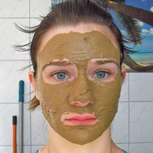 Gesicht mit Luvos Heilerde Anti-Pickel-Maske