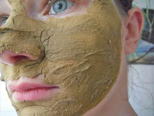 Luvos Heilerde Anti-Pickel-Maske im Gesicht beim Antrocknen