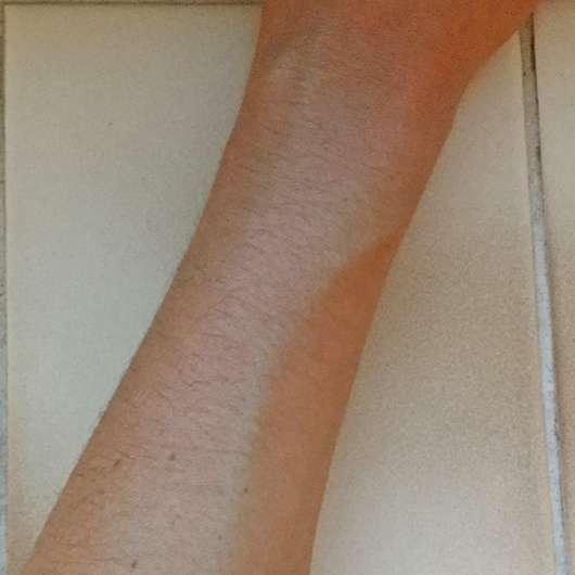 Unterarm mit frisch aufgetragener Mary Kay Sonnenpflege SPF 50 (LE)