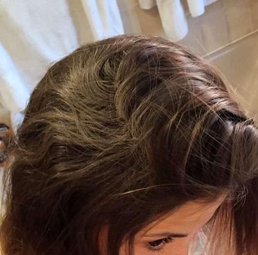 Batiste Hint of Colour Dry Shampoo, Farbe: beautiful brunette - Produkt auf den Haaren