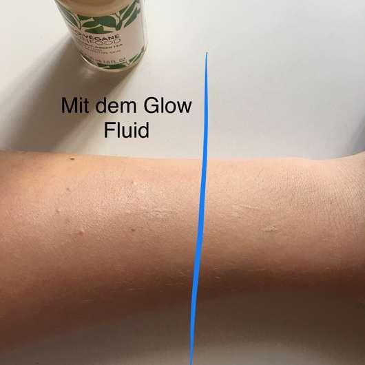 Unteram mit Foundation als Basis und darüber das Glow Fluid aufgetragen (links) // rechts nur Foundation