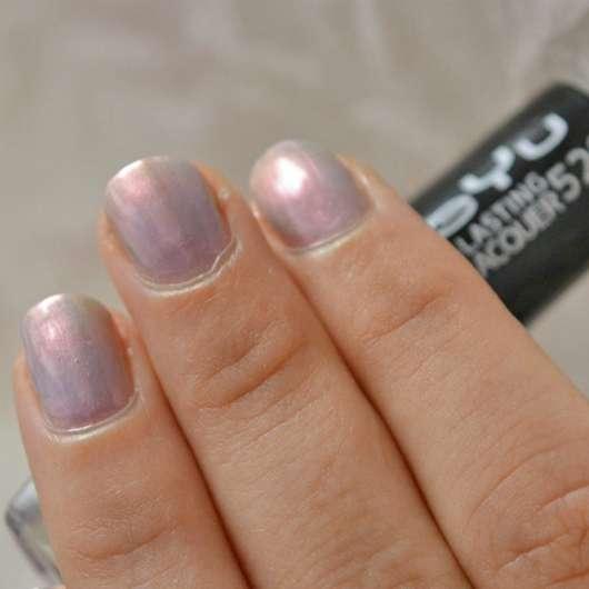 Fingernägel mit drei Schichten des BeYu Long-Lasting Nail Lacquer, Farbe: Ocean Love (LE)