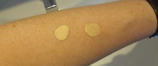 Unterarm mit Swatches: Foundation (links) und Concealer (rechts)
