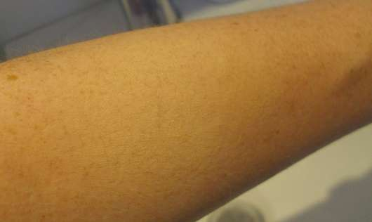 Unterarm mit verblendeten Swatches: Foundation (links) und Concealer (rechts)
