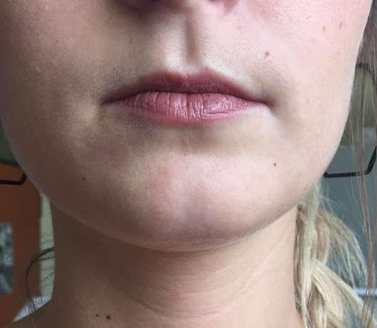 Lippen mit Manhattan All In One Lipstick, Farbe: 320 Crushed Cinnamon