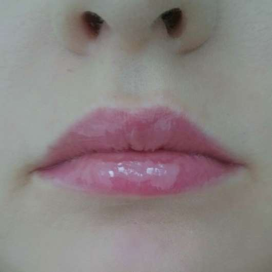 Lippen mit frisch aufgetragenem LusciousLips anti-aging lip treatment, Farbe: 332 Don't be shy