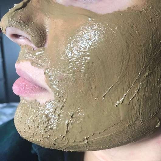 Luvos Heilerde Anti-Pickel-Maske - frisch aufgetragen auf der Haut