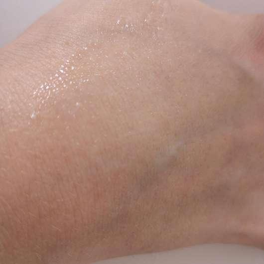 verteilte Konsistenz auf der Haut - Vitabay Caviar Pearls Liquid Lift Skin Serum
