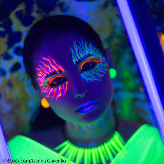 Schmink-Looks zu Halloween in Neon-Farben