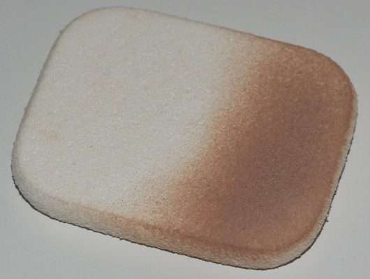 Schwämmchen des Bell HYPOAllergenic Compact Powder SPF 50, Farbe: 03 Beige