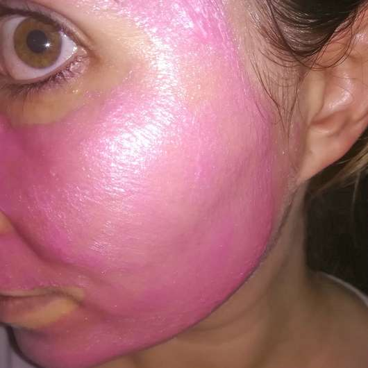 Gesicht mit ISANA Pink Glamour Peel-Off Maske (LE)