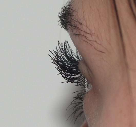 Wimpern getuscht mit L.O.V IllusionEYES 24h Volume & Length False Lash Effect Mascara, Farbe: 100 Black