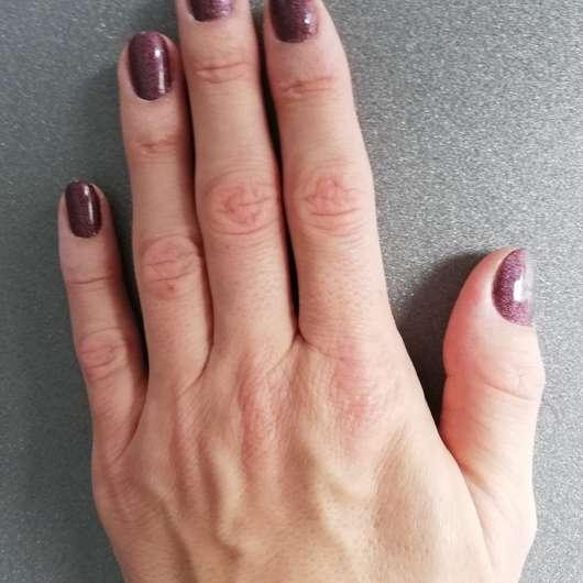 Hand vor dem Auftrag der SANTE Intensive Repair Handcreme Bio-Sheabutter & Macadamianussöl