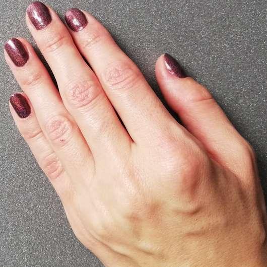 Hand nach dem Auftrag der SANTE Intensive Repair Handcreme Bio-Sheabutter & Macadamianussöl
