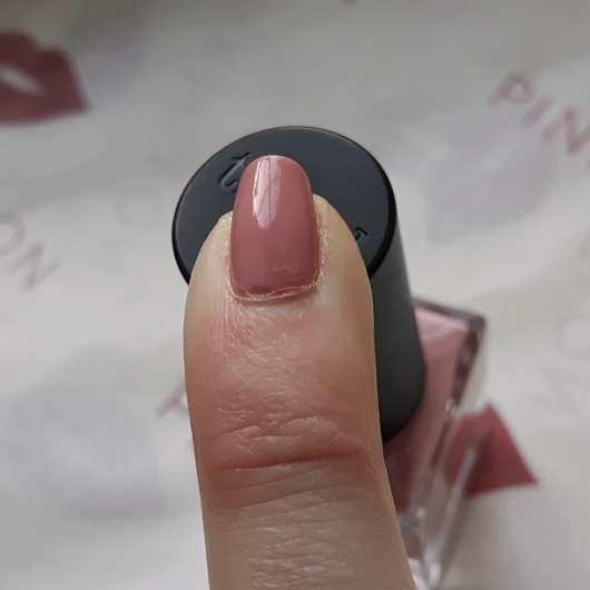 lackierter Fingernagel mit trend IT UP Double Volume & Shine Nail Polish, Farbe: 030