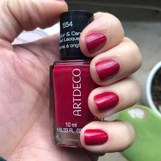 ARTDECO Color & Care Nail Lacquer, Farbe: 554 beautiful raspberry - Farbeindruck auf den Nägeln