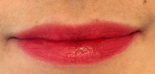 Mary Kay True Dimensions Lipstick, Farbe: Firecracker - Lippen mit Produkt