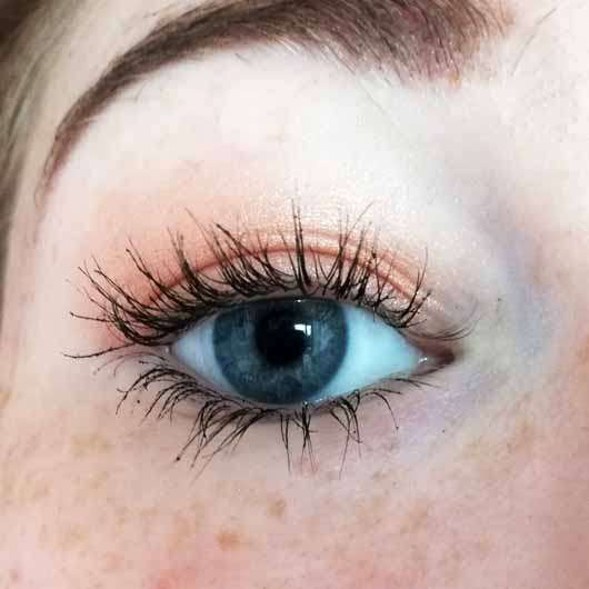 Maybelline New York Total Temptation Waterproof Mascara, Farbe: Black - Wimpern mit Produkt