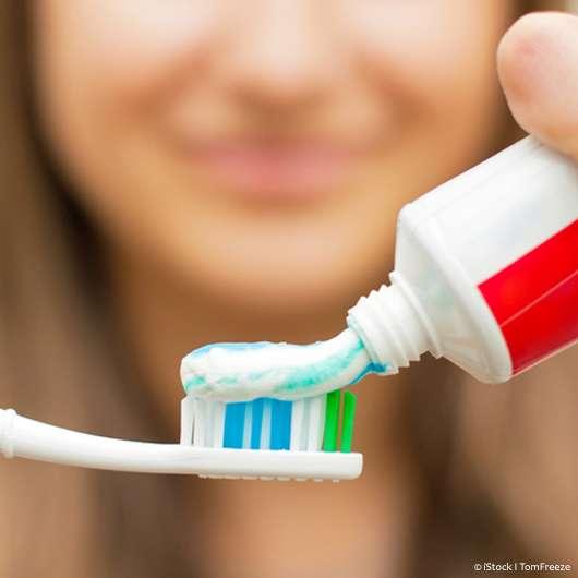 Hilft Zahncreme wirklich gegen Pickel?