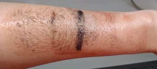 Unterarm mit Make-up während der Anwendung - frei öl ReinigungsÖl & Maske