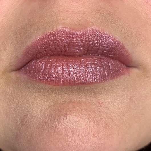 Maybelline Electric Shine Prismatic Lip Gloss, Farbe: 160 Midnight Prism - dezenter Auftrag über einem Lippenstift
