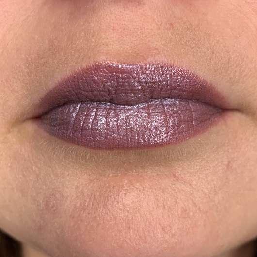Lippen mit Maybelline Electric Shine Prismatic Lip Gloss, Farbe: 160 Midnight Prism - geschichtet