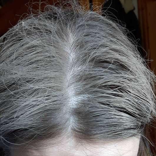 Nivea Fresh Revive 3in1 Trockenshampoo (dunkle Haartöne) - Haare während der Anwendung