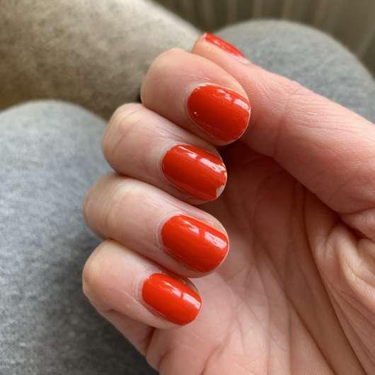 rote Nägel vor der Anwendung des Removers