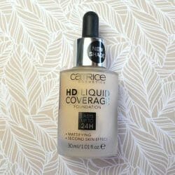Produktbild zu Catrice HD Liquid Coverage Foundation – Farbe: 002 Porcelain Beige