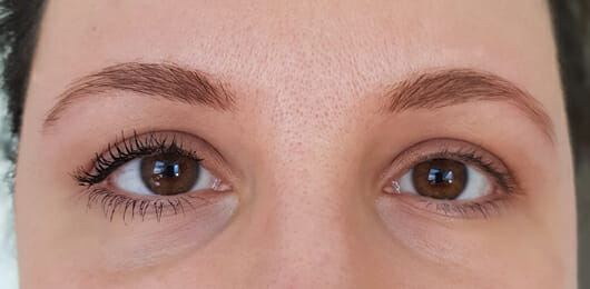 Links: 1 Schicht Mascara // Rechts: Ungeschminkt