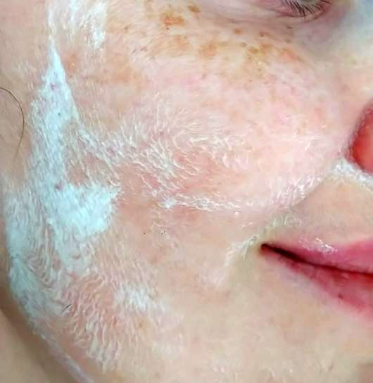 Gertraud Gruber Enzym Peeling Puder - Puder aufgeschäumt und im Gesicht verteilt