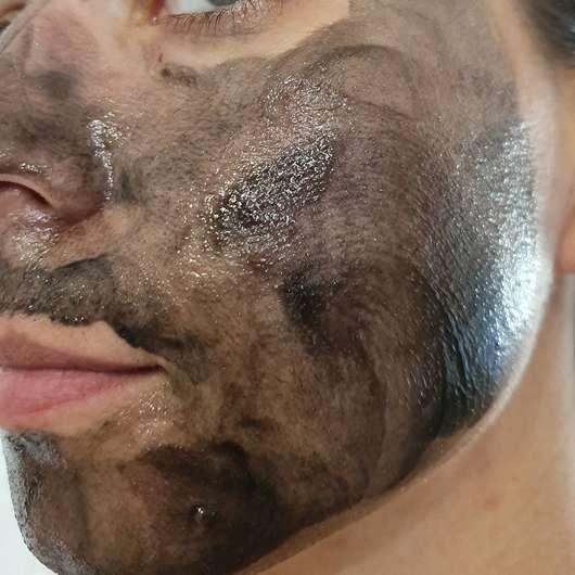 SANTE Sensitive Black Peeling - im Gesicht aufgetragen