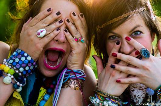 Zwei junge Mädels in Festival-Stimmung