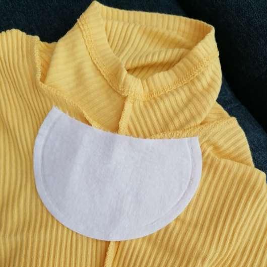 Halbes Pad befestigt an einem Kurzarm-T-Shirt
