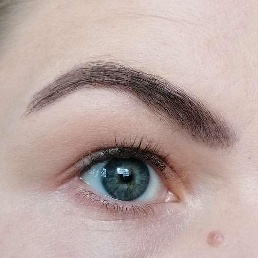 Augenbraue mit Pixi Endless Brow Gel Pen, Farbe: Deep - nach dem Ausbürsten mit einer Brauenbürste